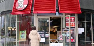 """随着新冠疫情加剧,中国快餐企业开启""""无接触""""取餐及配送服务"""